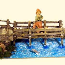 Pontile su fiume cm28x16x14 con pescatore cm.10